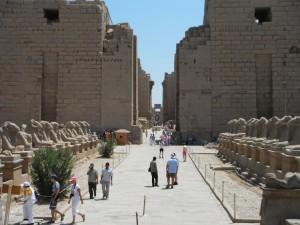 Tempio di Karnak a Luxor, viale delle sfingi e primo pilone (Egitto)