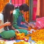 creazione di collane floreali a Thahiti Tole (Kathmandu, Nepal)