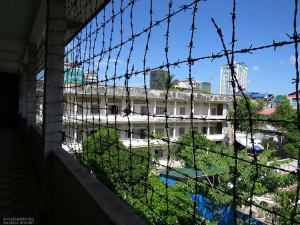 S21, balcone con filo spinato (Phnom Penh, Cambogia)