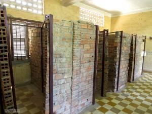 Tuol Sleng, celle in mattoni (Phnom Penh, Cambogia)
