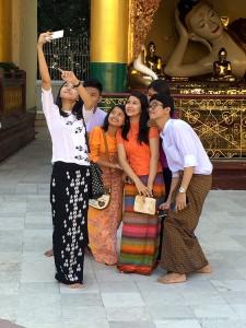 Shwedagon Paya, selfie di ragazzi birmani (Yangon, Myanmar)