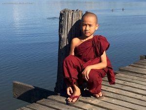 monaco sul ponte U Bein (Amarapura, Myanmar)