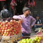 venditore di frutta a Indra Chowk (Kathmandu, Nepal)