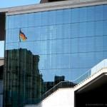 riflesso del Parlamento lungo la Sprea (Berlino, Germania)